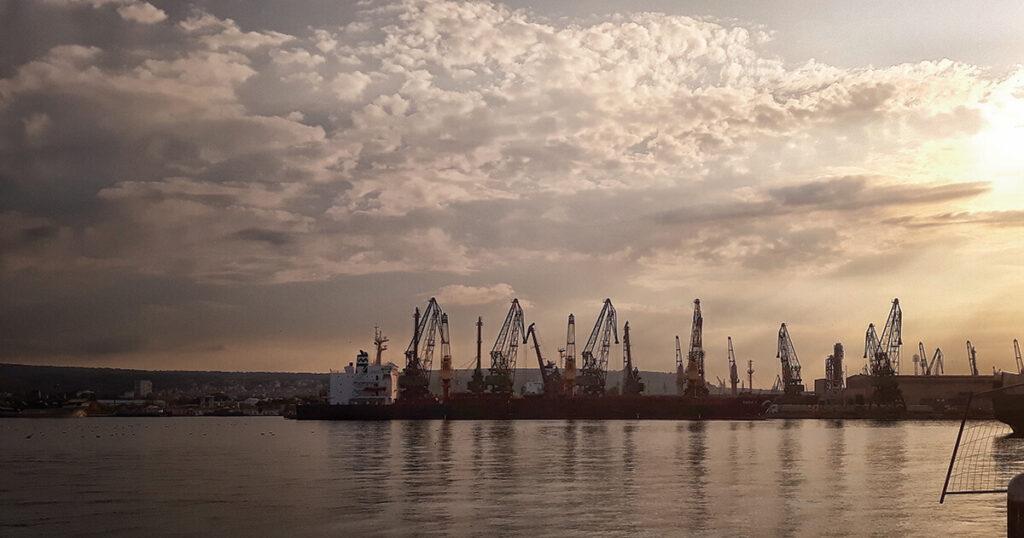 Морска гара с изглед към доковете и квартал Аспарухово .