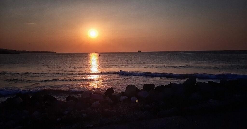 Изгрев над варненския залив .