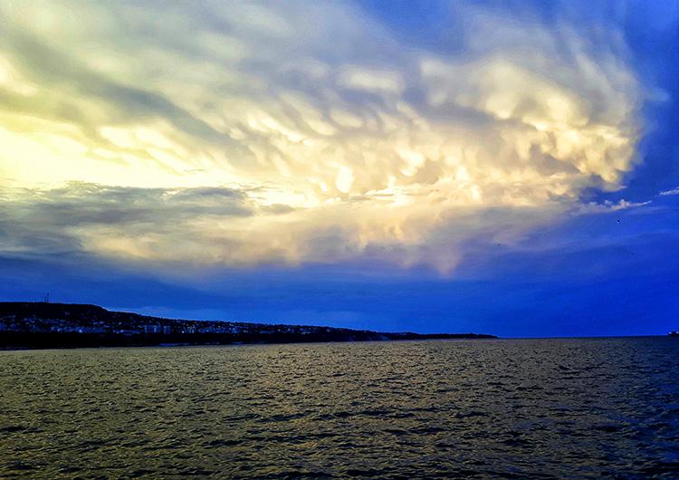 Облачно небе над Варненския залив.