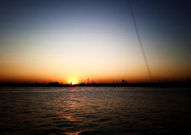 Залез над морската гара във Варна.